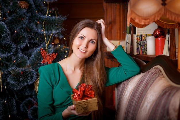 Bella donna con un regalo di natale