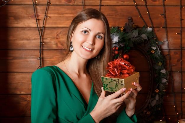 Bella donna con un regalo
