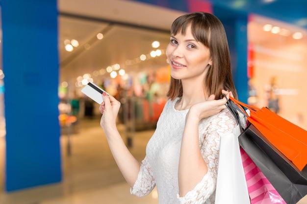 Bella donna con un sacco di borse per la spesa