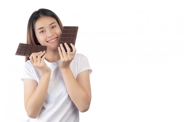 Bella donna con un sorriso felice che tiene un cioccolato di mano