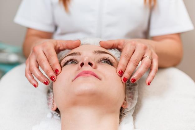 Bella donna con un trattamento di bellezza viso massaggio