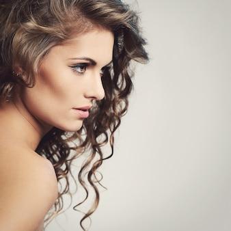 Bella donna con un viso carino