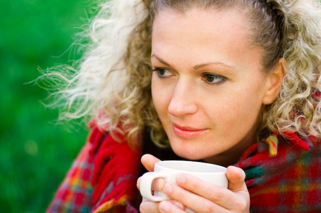 Bella donna con una tazza di bevanda calda