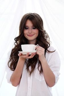 Bella donna con una tazza di caffè caldo