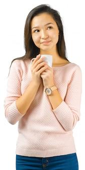 Bella donna con una tazza di tè o caffè