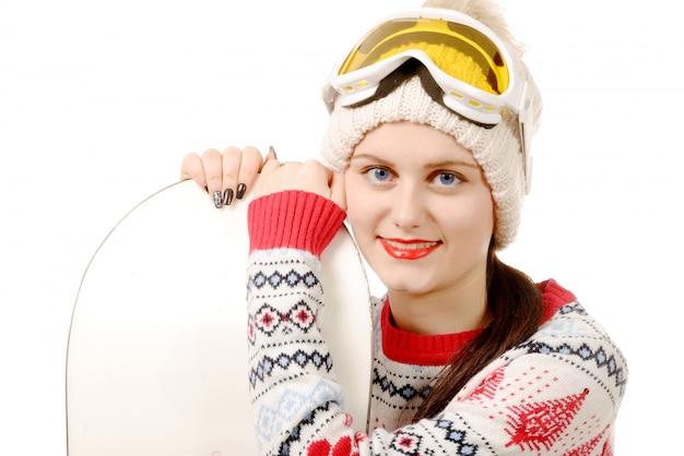 Bella donna con uno snowboard in studio