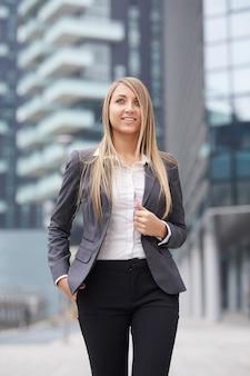 Bella donna d'affari in ambiente urbano