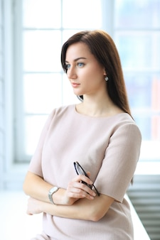 Bella donna d'affari in posa in ufficio interno