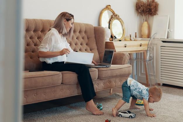 Bella donna d'affari, lavorando a casa. concetto multi-tasking, freelance e maternità