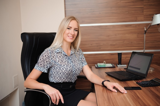 Bella donna d'affari, lavorando con le vendite nel suo ufficio