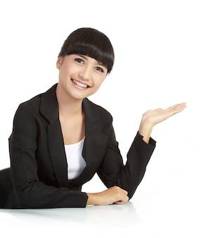 Bella donna d'affari, mostrando qualcosa con la sua mano