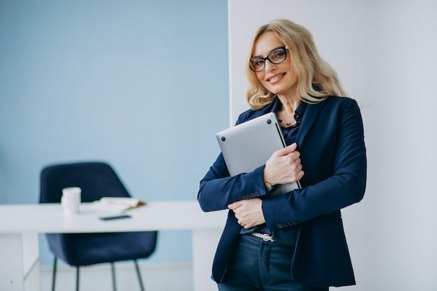 Bella donna d'affari presso l'ufficio
