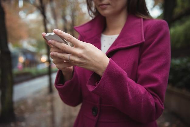 Bella donna d'affari utilizzando il telefono
