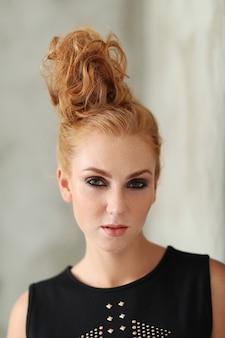 Bella donna dai capelli rossi in abito nero
