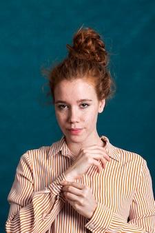 Bella donna del primo piano con chemise a strisce