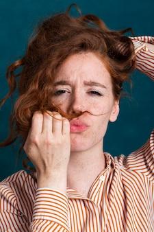 Bella donna del primo piano con i capelli in su e la faccia kissy