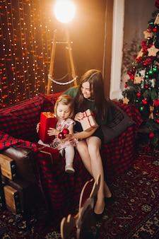 Bella donna dentro con la piccola neonata adorabile