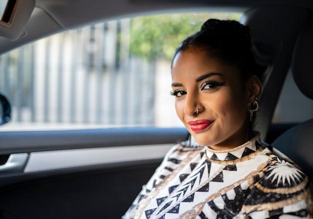 Bella donna dentro un'auto