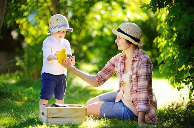 Bella donna di mezza età e il suo adorabile nipotino godendo raccolto