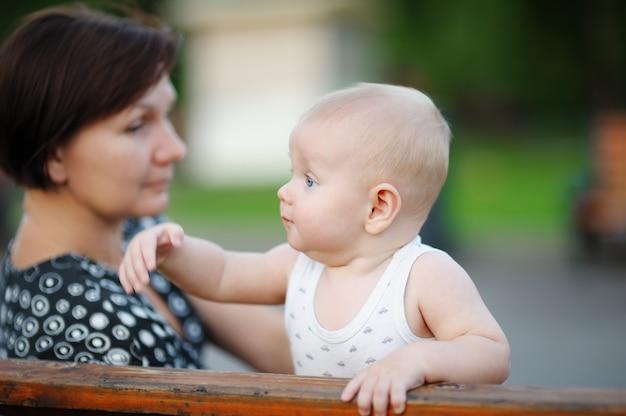 Bella donna di mezza età e il suo adorabile nipotino in città