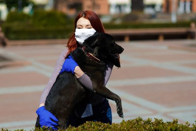 Bella donna di redhead che cammina il suo cane
