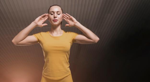 Bella donna di sport che fa esercizio di forma fisica della stampa alla palestra con lo spazio della copia