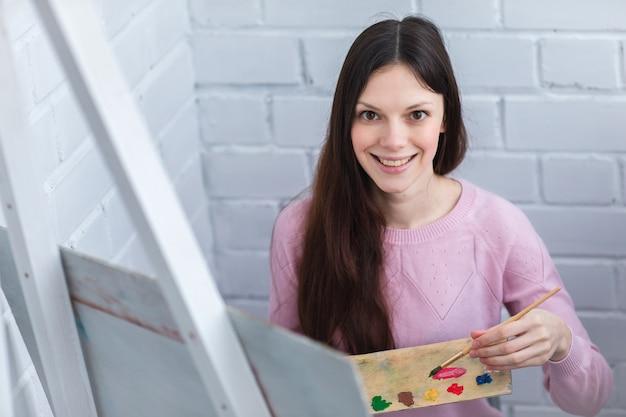 Bella donna disegna