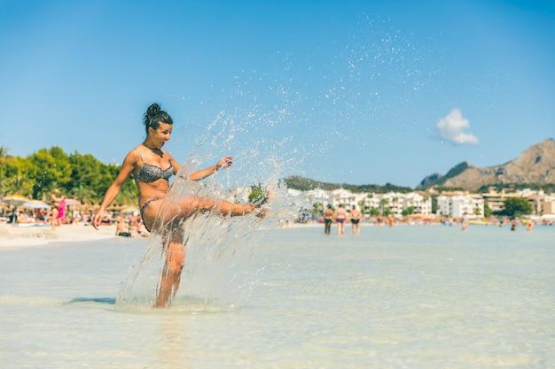 Bella donna divertirsi in riva al mare a maiorca
