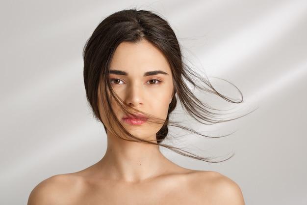 Bella donna dopo le procedure della stazione termale che si divertono. cure di bellezza.