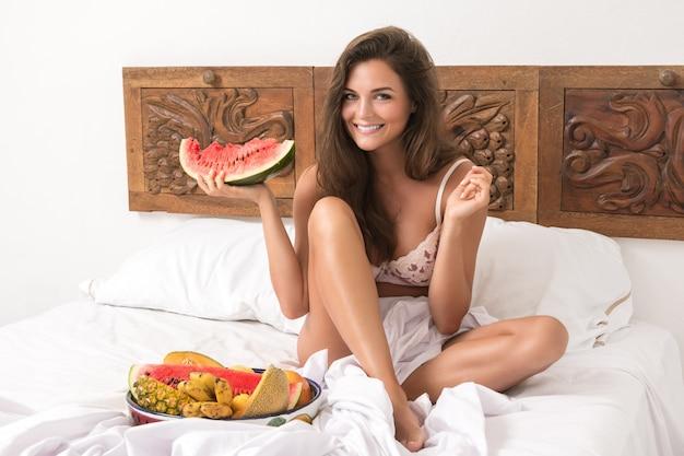 Bella donna e ciotola con frutta