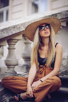 Bella donna elegante in cappello all'aperto