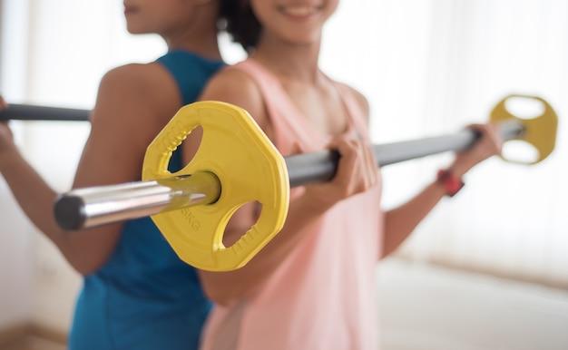Bella donna esercizio in palestra, pesi sportivi in palestra.
