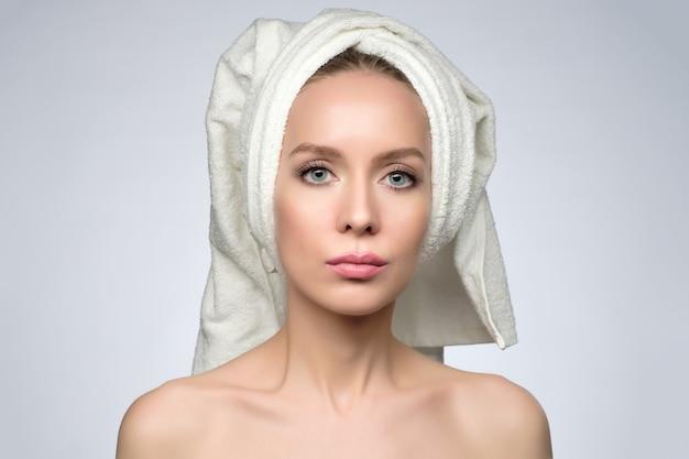 Bella donna europea maniglia asciugamano, dopo il bagno