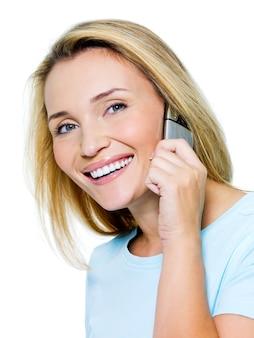 Bella donna felice che chiama dal telefono isolato su bianco