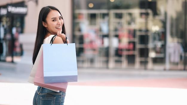 Bella donna felice che gode nello shopping.