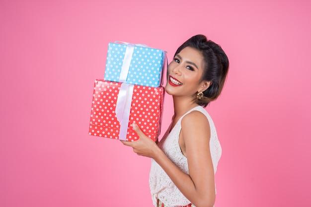 Bella donna felice con confezione regalo a sorpresa