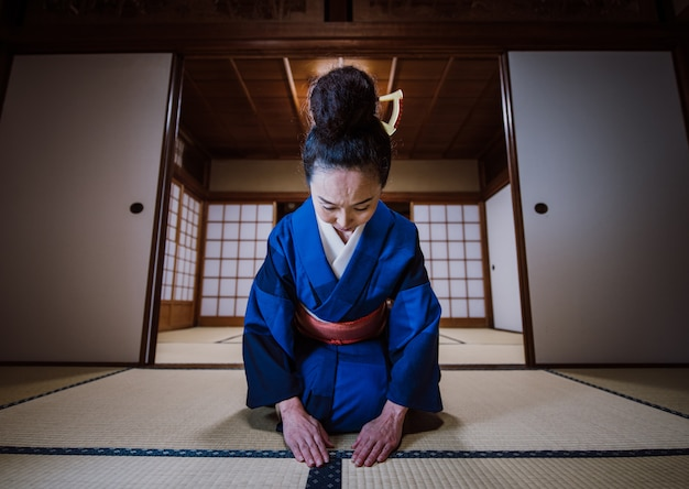 Bella donna giapponese in una casa giapponese tradizionale