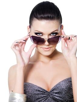 Bella donna glamour con occhiali da sole moda - isolati su bianco