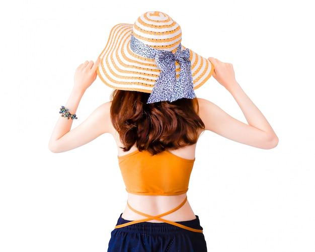 Bella donna graziosa che indossa un cappello di paglia e un vestito sexy isolato.