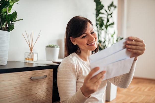 Bella donna guardando la posta ricevuta.