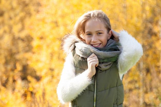 Bella donna il giorno di autunno nella foresta