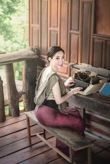 Bella donna in abiti tradizionali asiatici
