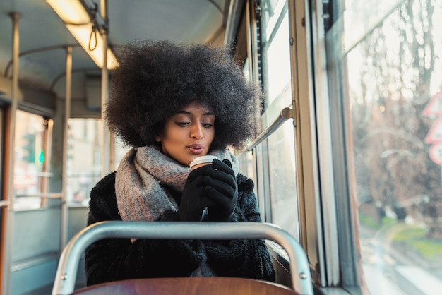Bella donna in autobus