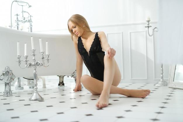 Bella donna in bagno
