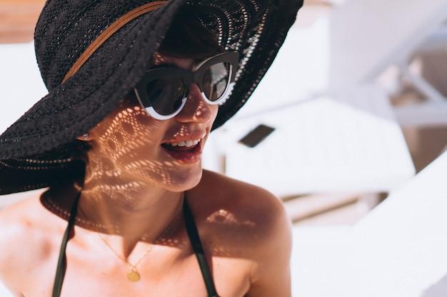 Bella donna in bikini in piscina