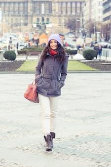 Bella donna in città in inverno