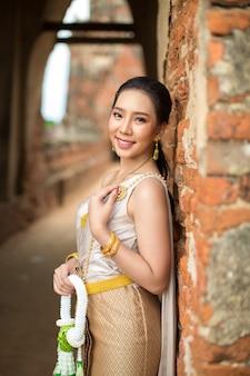Bella donna in costume tradizionale tailandese antico, ritratto presso l'antico tempio di ayutthaya