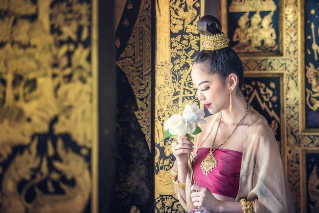Bella donna in costume tradizionale