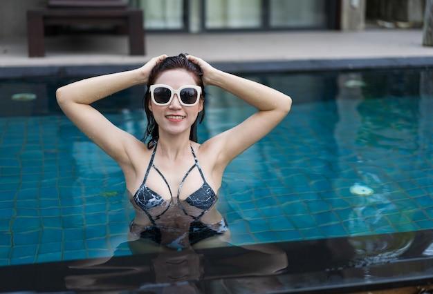Bella donna in piscina