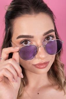 Bella donna in posa con gli occhiali